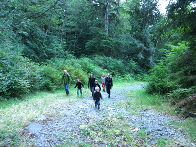 2014-08-26_canada_attwood_bay-family-and-crew-walk4.JPG