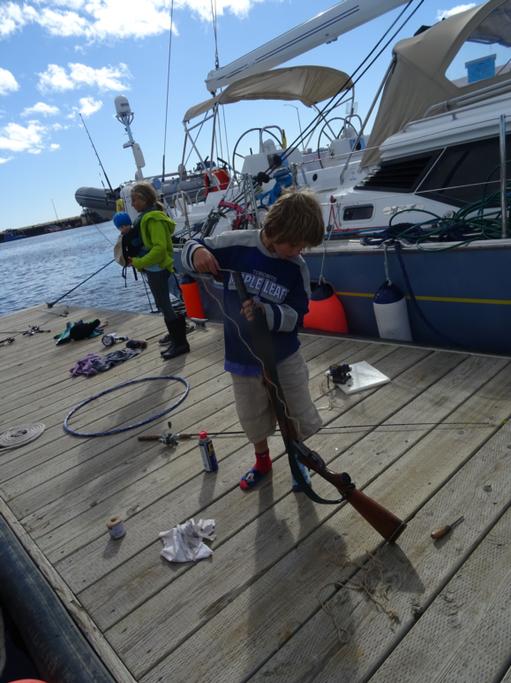 2016-07-30_usa-alaska-nome_andri-cleans-gun.jpg